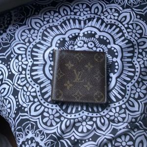 I'm selling my wallet is still in good condition